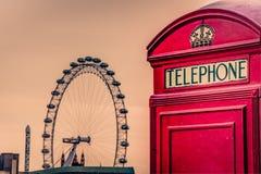 Angielski telefonu budka i Londyński oko Fotografia Royalty Free