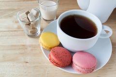 Angielskiego śniadania macarons na drewnianym pokładzie i herbata obrazy stock