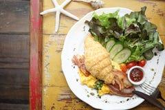 Angielskiego śniadania ranek ustawiający croissant, rozdrapani jajka, bac zdjęcie stock