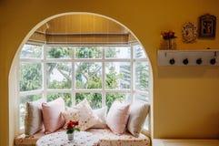 Angielskiego kraju rocznika żywy izbowy wnętrze z naturalnym światłem zdjęcia royalty free