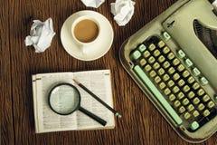 Angielszczyzna słownik rozważa pod magnifier zdjęcia royalty free