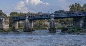 Angielszczyzny przerzucają most w Rome widzieć od rzecznego Tiber (Roma) Zdjęcie Royalty Free