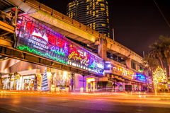 ANGKOK,泰国- 2014年12月26日:Centralworld商城在晚上,欢迎到圣诞节和新年快乐2015年节日 免版税库存图片