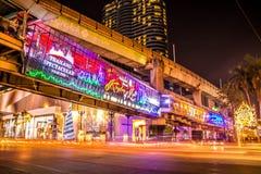 ANGKOK THAILAND - DECEMBER 26, 2014: Centralworld shoppinggalleria på natten, välkomnande till festivalen 2015 för jul och för ly Royaltyfria Bilder