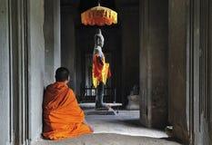 angkor柬埔寨祈祷时间对wat 免版税库存图片