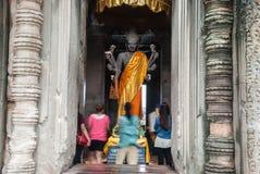 angkor柬埔寨祈祷时间对wat 图库摄影