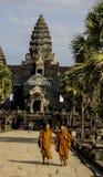 Angkor, Καμπότζη - το Δεκέμβριο του 2015: Μοναχοί που ξεπερνούν Angkor Wat Στοκ εικόνες με δικαίωμα ελεύθερης χρήσης