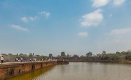 Angkor, Камбоджа - 22-ое июля 2015: Туристы на виске i Angkor Wat Стоковые Изображения