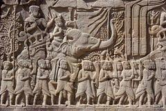angkor cambodia som snider tempelväggen Arkivbilder