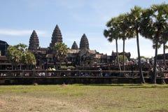 Angkor Cambodja December 31 2017, sikter av turister på de västra terrasserna av den 12th århundradeAngkor Wat templet Royaltyfri Fotografi