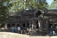 Angkor Cambodja December 31 2017, turister som ser den östliga porten till den 12th århundradeAngkor Wat templet Royaltyfri Foto