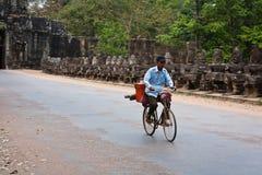 angkor rowerów mężczyzna za ruin wat Zdjęcia Royalty Free