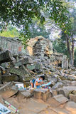 Angkor - TA Prohm, λίγος καλλιτέχνης Στοκ Φωτογραφίες