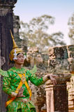 """Angkor-Tom, Kambodja †""""12 November, 2014: Khmer klassieke vrouwelijke danser die in traditioneel Cambodjaans kostuum presteren Stock Afbeeldingen"""