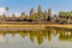 Angkor Wat över sjön, reflekterad i vatten Royaltyfri Bild