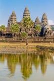 Angkor Wat över sjön, reflekterad i vatten Royaltyfria Bilder