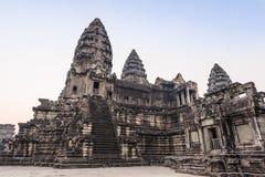 Angkor Wat świątynia Schodki prowadzi górne galerie i górują główna świątynia Antyczna świątynia powikłany Angkor Wat wewnątrz Obraz Stock