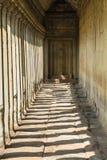Angkor wat: Światło słoneczne przez korytarza Zdjęcia Stock