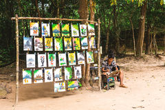Angkor Wat, Καμπότζη - 5 Δεκεμβρίου 2016: έμποροι και τουρίστες Στοκ Εικόνα