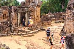 Angkor Wat, Καμπότζη - 5 Δεκεμβρίου 2016: Στοές και τουρίστες Στοκ φωτογραφία με δικαίωμα ελεύθερης χρήσης