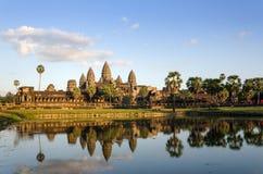 Angkor Wat στο ηλιοβασίλεμα με την αντανάκλαση στο νερό Στοκ εικόνες με δικαίωμα ελεύθερης χρήσης