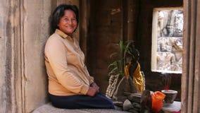 ANGKOR WAT - ΤΟΝ ΙΟΎΝΙΟ ΤΟΥ 2012: τοπική καμποτζιανή γυναίκα στο ναό απόθεμα βίντεο