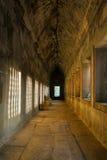 Angkor wat: Φως του ήλιου μέσω του παραθύρου που επηρεάζεται στον τοίχο Στοκ Φωτογραφία