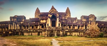 Angkor Wat на восходе солнца lotuses озера Камбоджи angkor banteay ужинают висок srey siem Камбоджа панорама стоковое фото rf