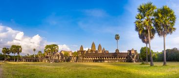 Angkor Wat на заходе солнца lotuses озера Камбоджи angkor banteay ужинают висок srey siem Камбоджа панорама стоковая фотография