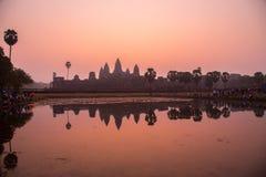 Angkor Wat bei Sonnenaufgang stockfotos