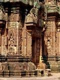 Angkor Wat - belle sculture, bassorilievi del tempio di Banteay Srei Immagini Stock
