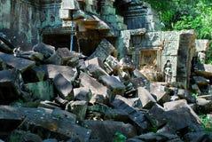 Angkor Wat brokem część w ranku słońca świetle zdjęcia royalty free