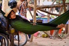 ANGKOR WAT - CAMBOJA - 5 de fevereiro de 2015 jovem mulher que encontra-se em uma rede em Camboja Angkor Wat Imagens de Stock Royalty Free