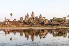 Angkor Wat con la riflessione nell'ambito del tramonto Fotografia Stock