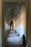 Angkor Wat, couloir à l'intérieur du mur - Cambodge Image stock