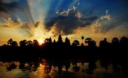 Angkor Wat in de zonsopgang Royalty-vrije Stock Afbeeldingen