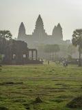 Angkor Wat door ochtendmist Stock Foto's