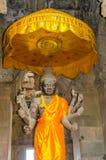 Angkor Wat komplex - staty av Vishnu med åtta armar Arkivbild