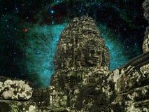 Angkor Wat nachts mit erstaunlichen Kometen treten oben Staub im Helix stockfotografie