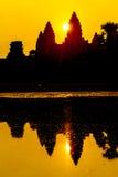 Angkor Wat på soluppgång över sjön, reflekterad i vatten Arkivbild