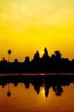 Angkor Wat på soluppgång över sjön, reflekterad i vatten Royaltyfri Bild