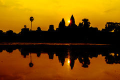 Angkor Wat på soluppgång över sjön, reflekterad i vatten Royaltyfria Foton