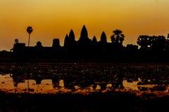 Angkor Wat på soluppgång över sjön, reflekterad i vatten Arkivfoto