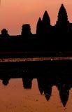 Angkor Wat på soluppgång över sjön, reflekterad i vatten Royaltyfri Fotografi