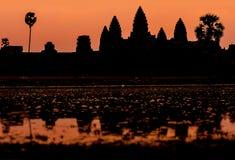 Angkor Wat på soluppgång över sjön, reflekterad i vatten Royaltyfri Foto