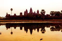 Angkor Wat på soluppgång över sjön, reflekterad i vatten Arkivbilder