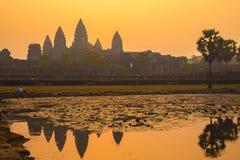 Angkor Wat på soluppgång Royaltyfri Fotografi