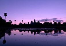 Angkor Wat reflété en silhouette au lever de soleil Photos stock