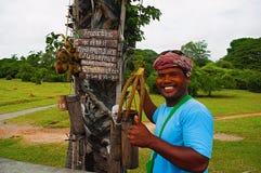 ANGKOR WAT, SIEM REAP, КАМБОДЖА, октябрь 2016, продавец воды кокоса продает воду кокоса Стоковое Изображение