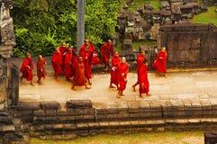 ANGKOR WAT, SIEM REAP, CAMBOJA, em outubro de 2016, grupo de monges no templo de Baphuon, Angkor, Camboja Fotografia de Stock